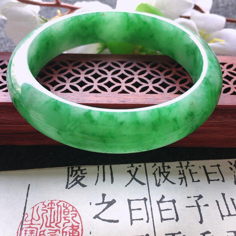 缅甸翡翠57圈口浅绿正圈手镯,自然光实拍,颜色漂亮,玉质莹润,佩戴佳品,尺寸:57*14*8mm,重