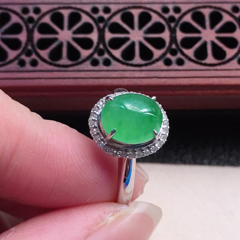 缅甸翡翠16圈口18k金伴钻镶嵌戒指,自然光实拍,颜色漂亮,玉质莹润,佩戴佳品,内径:16.9mm(