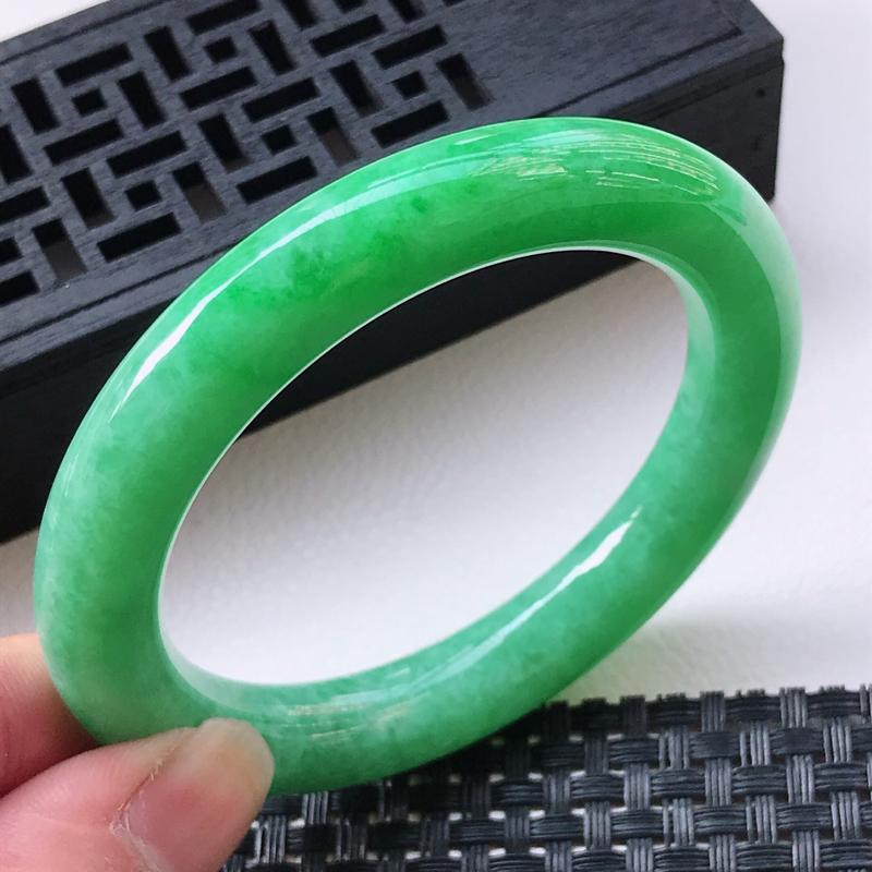 天然翡翠A货 圈口56.7/10.7/10.6糯种满绿圆条手镯,玉质细腻水润,上手优雅迷人