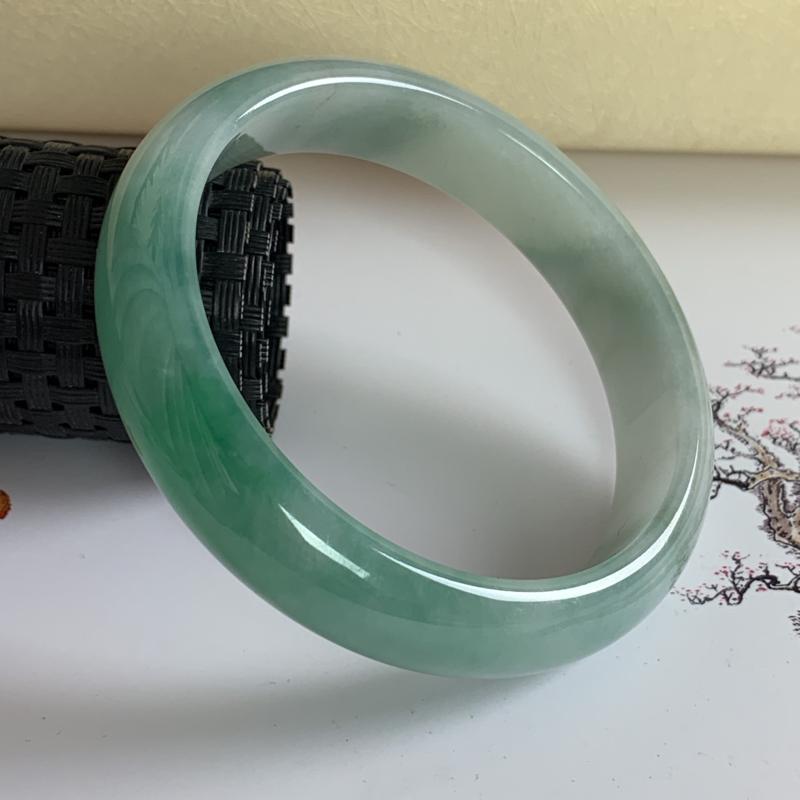 水润飘绿翡翠正圈手镯59.7mm,尺寸59.7*13.7*7.1mm,料子细腻,莹润透亮,色彩鲜艳,