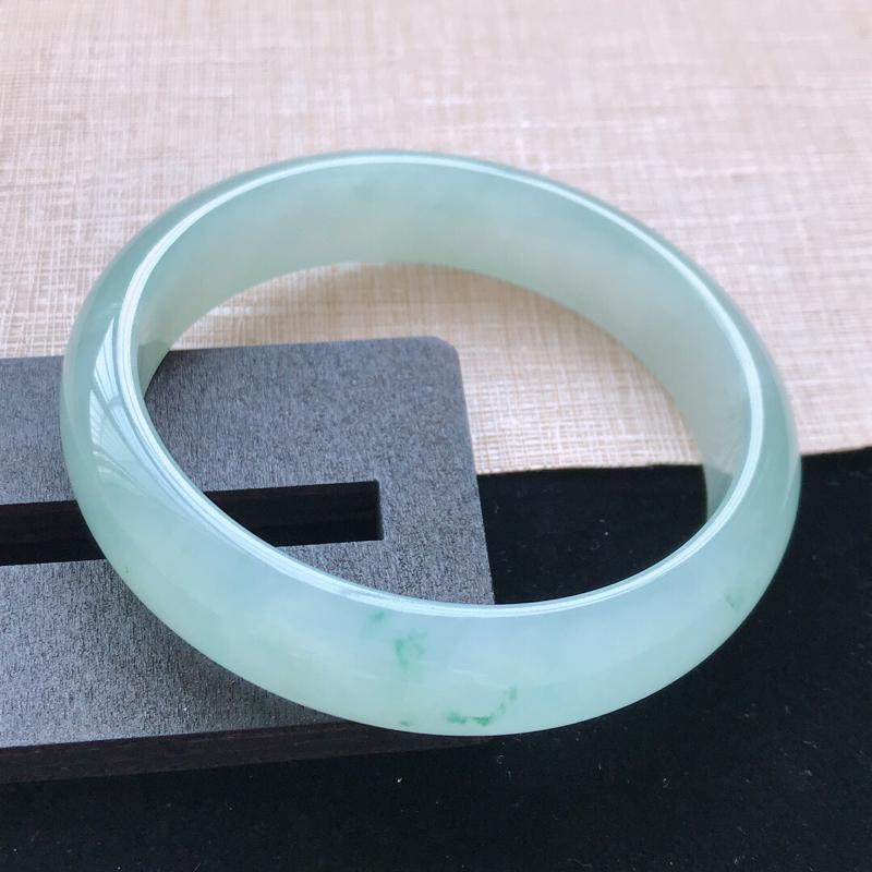 正圈:58。天然翡翠A货老坑冰糯种飘绿手镯。水润起光,佩戴清秀优雅。尺寸:58*14*7mm