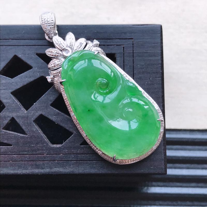 天然翡翠A货18K金镶嵌伴钻糯化种满绿精美如意吊坠,含金尺寸40-17-6.9