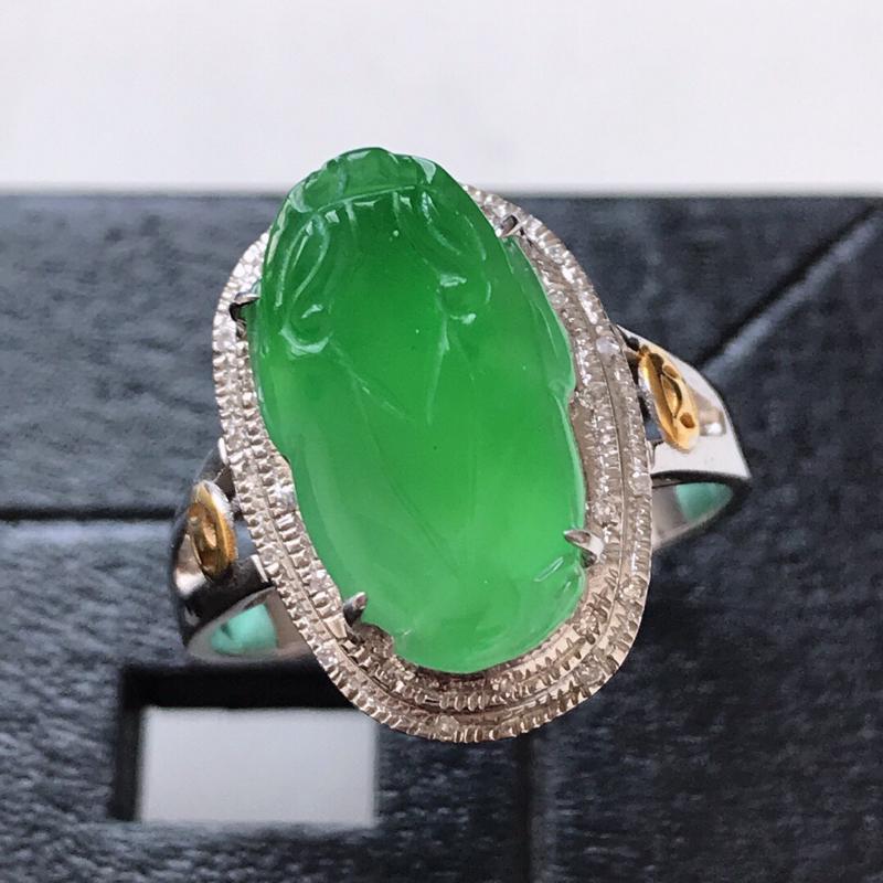 天然翡翠A货。冰糯种满绿三脚金蟾戒指。圈口:17mm。18K金镶嵌伴钻。水润通透,色泽鲜艳。镶金尺寸