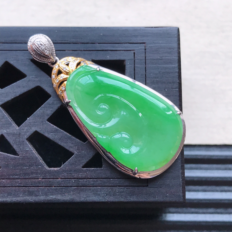 天然翡翠A货18K金镶嵌伴钻糯化种满绿精美如意吊坠,含金尺寸35.2-16-