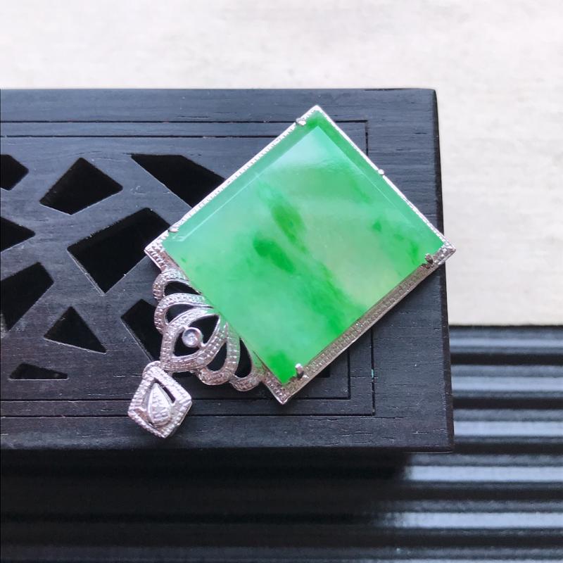 【天然翡翠A货18K金镶嵌伴钻糯化种飘花精美无事牌吊坠,含金尺寸32.8-18.5-5.4mm,裸石尺寸18.2-16.2-3mm,玉质细腻,种水好 胶感十足,底色漂亮,上身效果漂亮】图4
