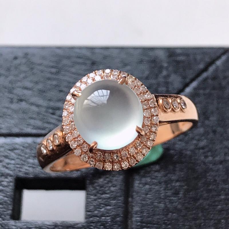 天然翡翠A货。冰种蛋面戒指。圈口:17mm。18K金镶嵌伴钻。水润通透,品相极佳。镶金尺寸:10.5