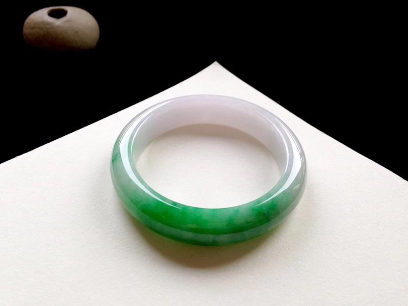 🍀阳绿辣色正圈,尺寸:57.5/13.5/9mm。一截阳绿鲜艳欲滴,洋溢着高贵的气质,底子细腻温润