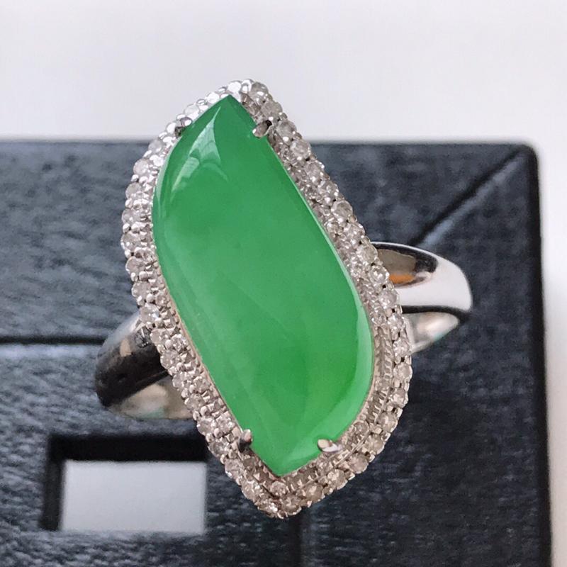 天然翡翠A货。冰糯种满绿菱形戒指。圈口:17mm。18K金镶嵌伴钻。水润通透,色泽鲜艳。镶金尺寸:1