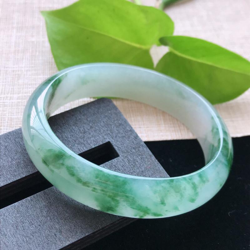 贵妃:54.5。天然翡翠A货老坑冰糯种飘绿花贵妃手镯。水润通透,佩戴奢华优雅。尺寸:54.5*48*
