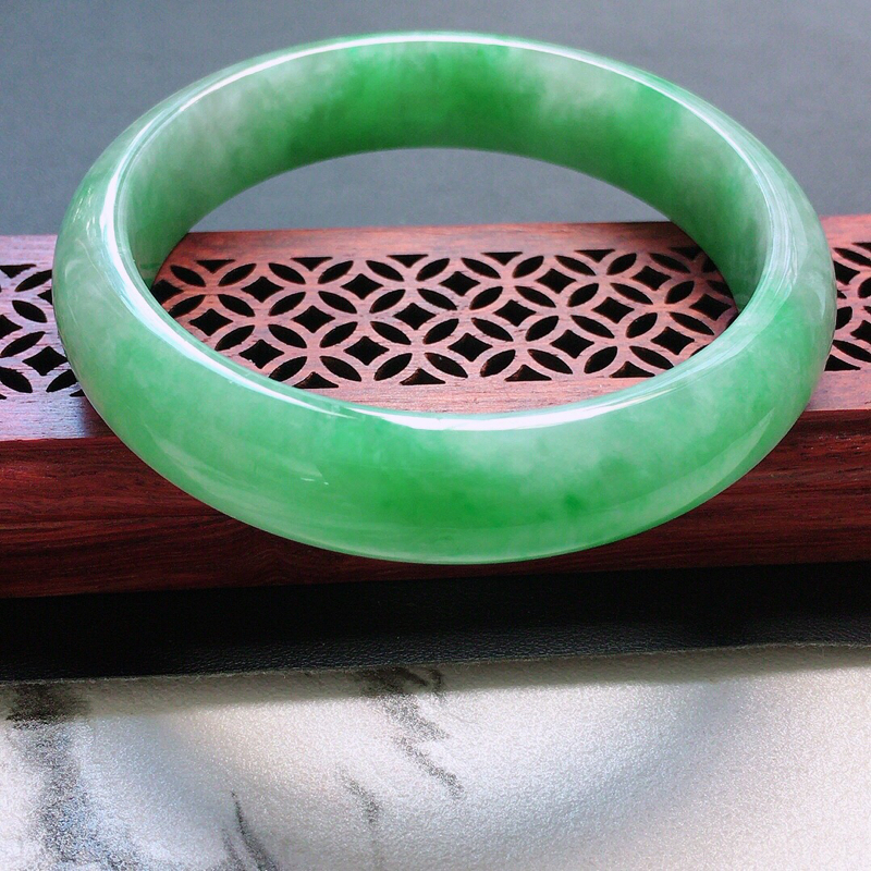 缅甸翡翠57圈口浅绿正圈手镯,自然光实拍,颜色漂亮,玉质莹润,佩戴佳品,尺寸:57.8*13.4*7