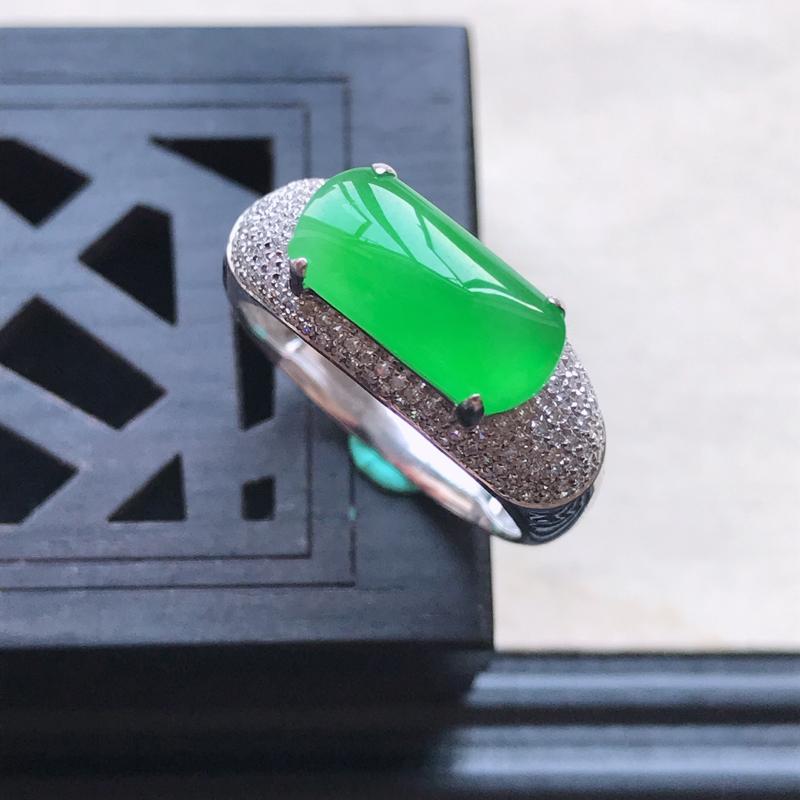 天然翡翠A货18K金镶嵌伴钻糯化种满绿精美马鞍戒指,内径尺寸17.7mm,裸