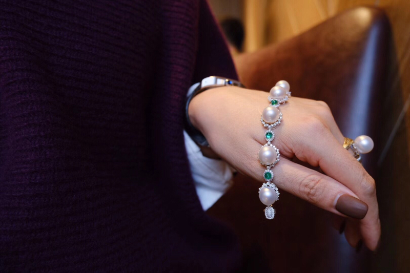 大澳白+祖母绿 手链。 奢华贵气  颜值满分所有修辞用在它身上都不为过。祖母绿1.865ct,钻石