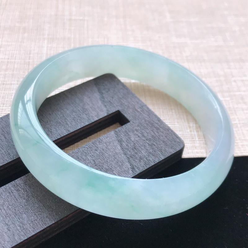 正圈:58。天然翡翠A货老坑冰糯种飘绿手镯。玉质莹润,佩戴清秀优雅。尺寸:58*13.8*7.6mm