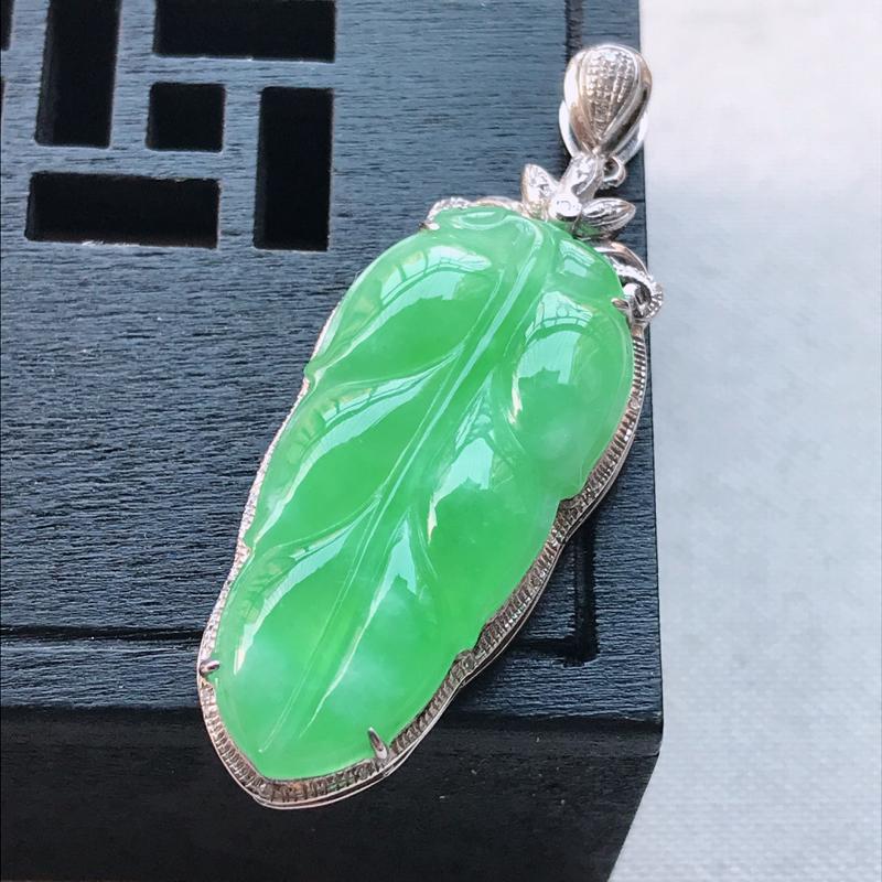18k金镶嵌满绿叶子吊坠,连金扣长42.2/15.6/6,裸石29.5/14/3,雕工精细