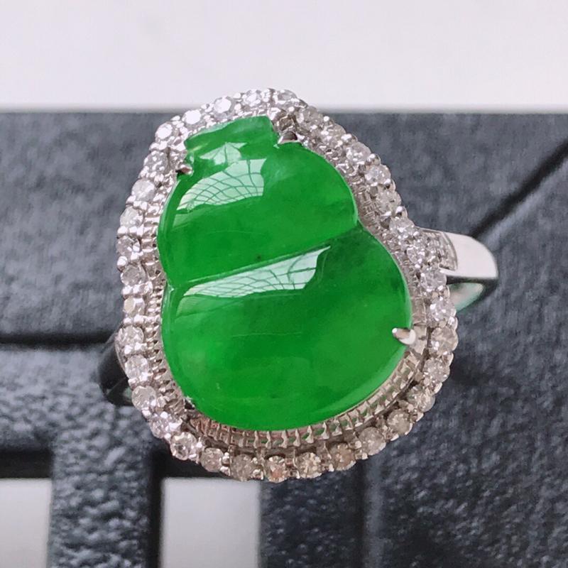 天然翡翠A货。冰糯种阳绿葫芦戒指。圈口:17mm。18K金镶嵌伴钻。水润通透,色泽鲜艳。镶金尺寸:1