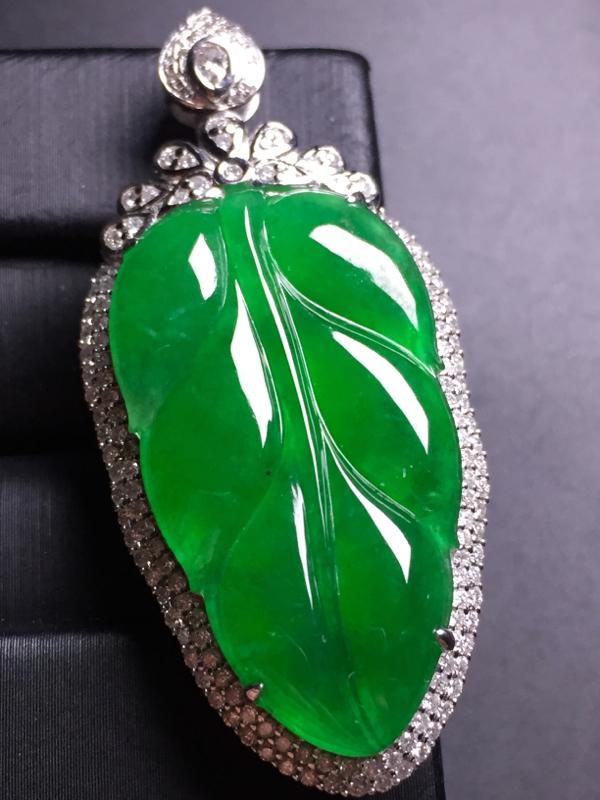 满绿玉叶吊坠,18k真金真钻镶嵌,完美,种水超好,玉质细腻。整体尺寸:46.9*21.6*9.7