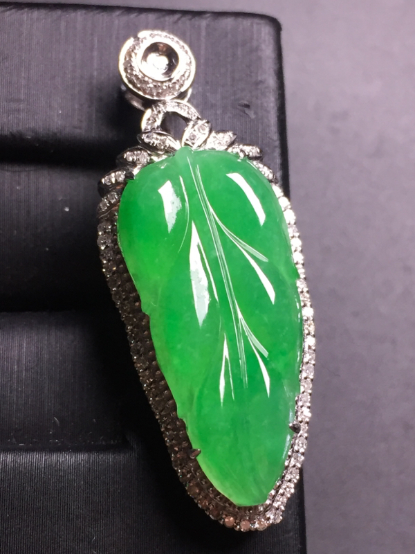 阳绿玉叶吊坠,18k真金真钻镶嵌,完美,种水超好,玉质细腻。整体尺寸:39.3*15.3*8.7