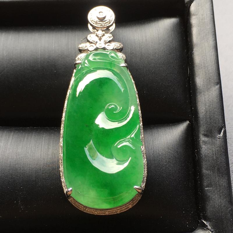 阳绿如意翡翠吊坠,色泽艳丽,水润通透,饱满圆润,完美,裸石尺寸:32.1*15.1*4.5整体尺寸: