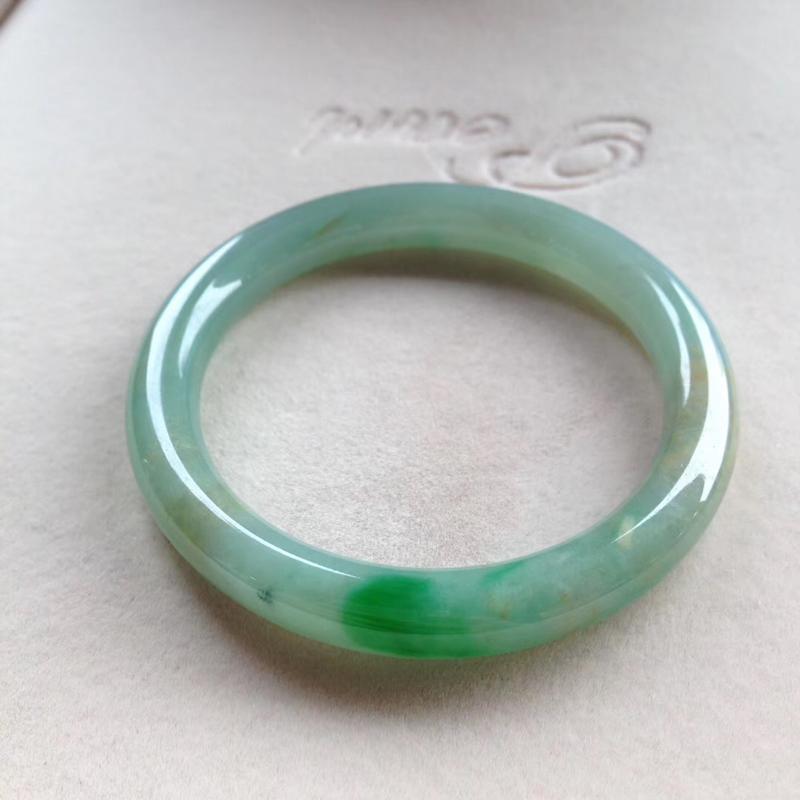 飘绿圆条镯,尺寸54*9*8.5 种质细腻,釉洁水润,翠色灵动鲜辣,飘黄翡!