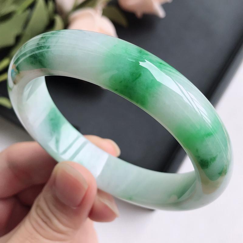 自然光拍摄 圈口58.6mm 飘绿正圈手镯C151 玉质细腻水润,条形大方,高贵优雅,端庄大气 温馨