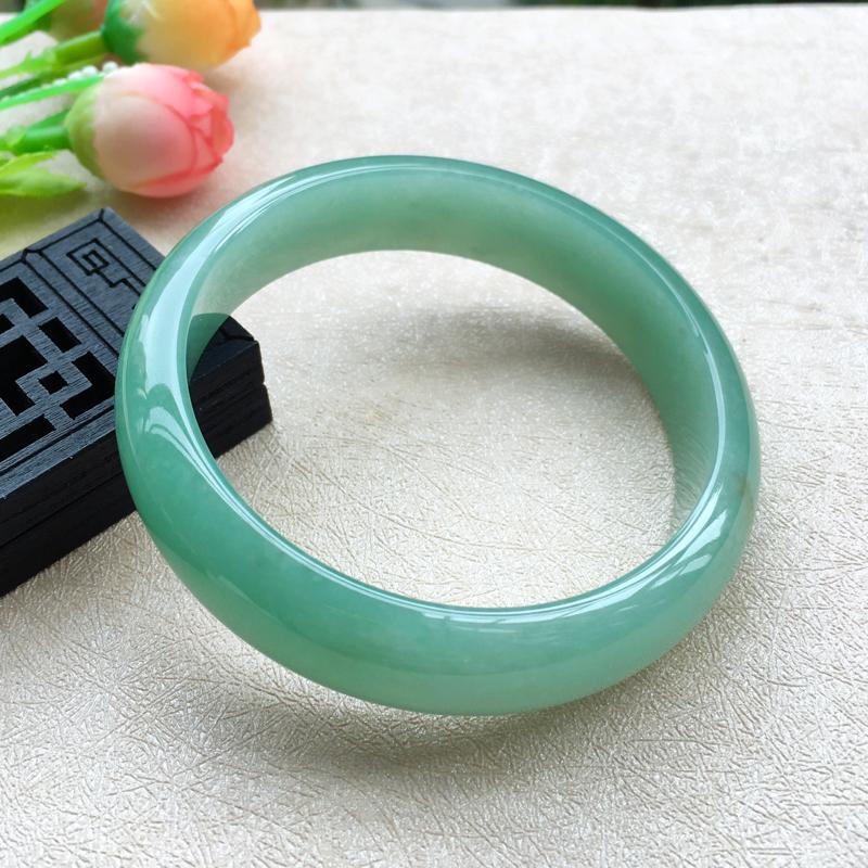 天然A货翡翠【自然光拍摄】好种满色甜绿正装手镯,圈口57mm,玉质细腻 版型简洁大方,色泽甜美,尺寸