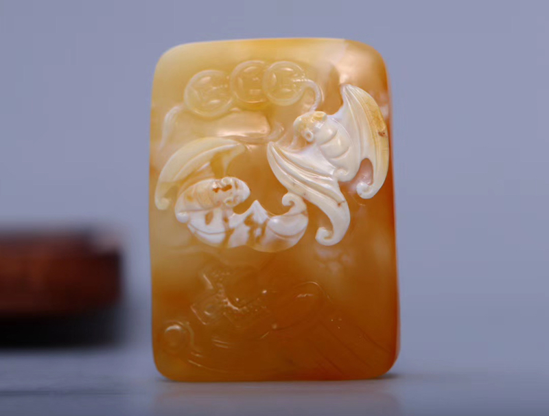 「大师作品黄白蜡福在眼前」 大师「魏余基」工作室出品  蜜糖蜡质  精工俏色灵蝠一双  意境深远