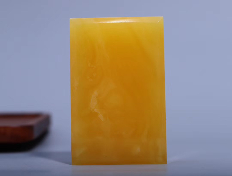 「纯天然原矿鸡油黄蜜蜡无事牌」 器型大气精致线条流畅  英气十足  完美的蜡质经能工巧匠打造完美的器