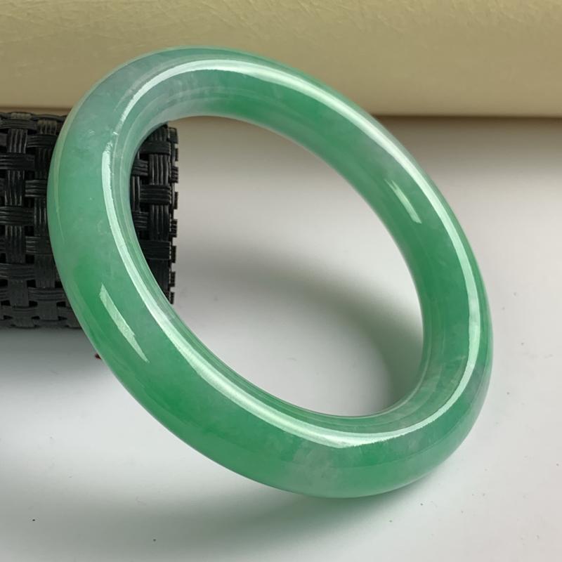 缅甸a货翡翠,满色翡翠圆条手镯55.7mm,尺寸55.7*11.5mm,料子细腻,色彩迷人,条形大方
