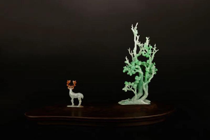 《世外禅林》  作品雕刻率真自然,野鹿悠闲自得。左边是棵青翠欲滴的大树,整体采用翡翠雕刻而成,颜色搭
