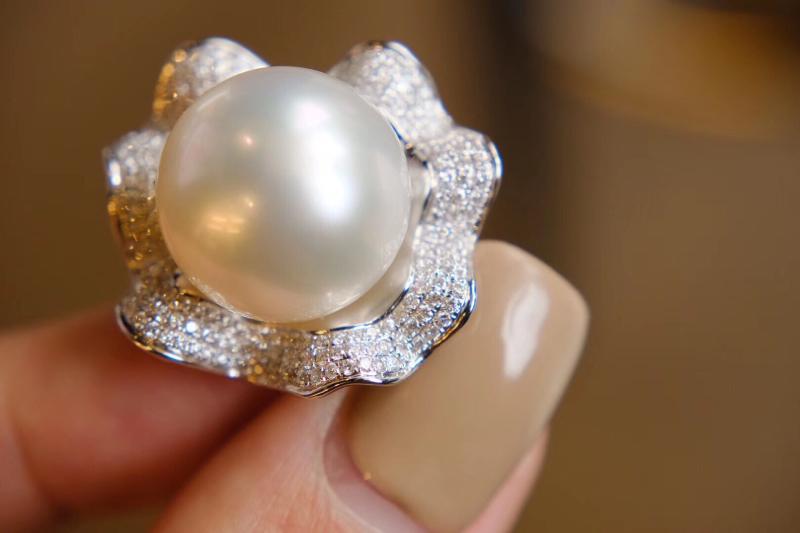 三分浪漫七分高贵 。 澳白珍珠戒指 拥有这个你就可以毕业了[耶] 15mm+的大澳白 我发现 爱大戒