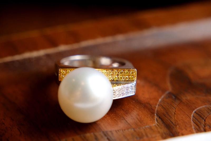 很喜欢的设计 带着个性。 我被种草了  很中性 有攻气的戒指  13.2mm的大澳白 黄钻和白钻搭配