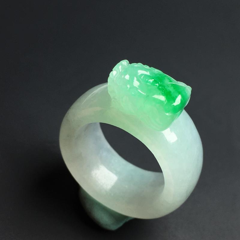【招财貔貅戒指】色泽艳丽  玉质细腻  款式精美  指圈17  宽11  厚9
