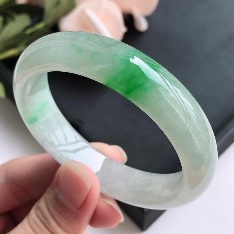 自然光拍摄 圈口54.6mm 飘阳绿正圈手镯C152 玉质细腻水润,条形大方,高贵优雅,端庄大气 温