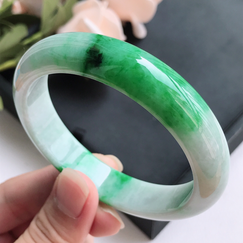 自然光拍摄 圈口58.6mm 飘阳绿正圈手镯C148 玉质细腻水润,条形大方,高贵优雅,端庄大气 温