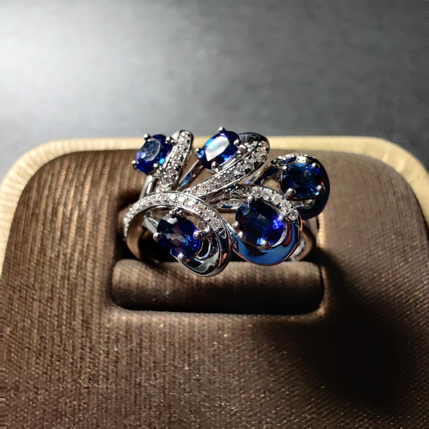 18k金+蓝宝石+镶钻戒指 颜色纯正 晶体通透 尺寸:3*4mm  重量:5.71g  主石:1.1