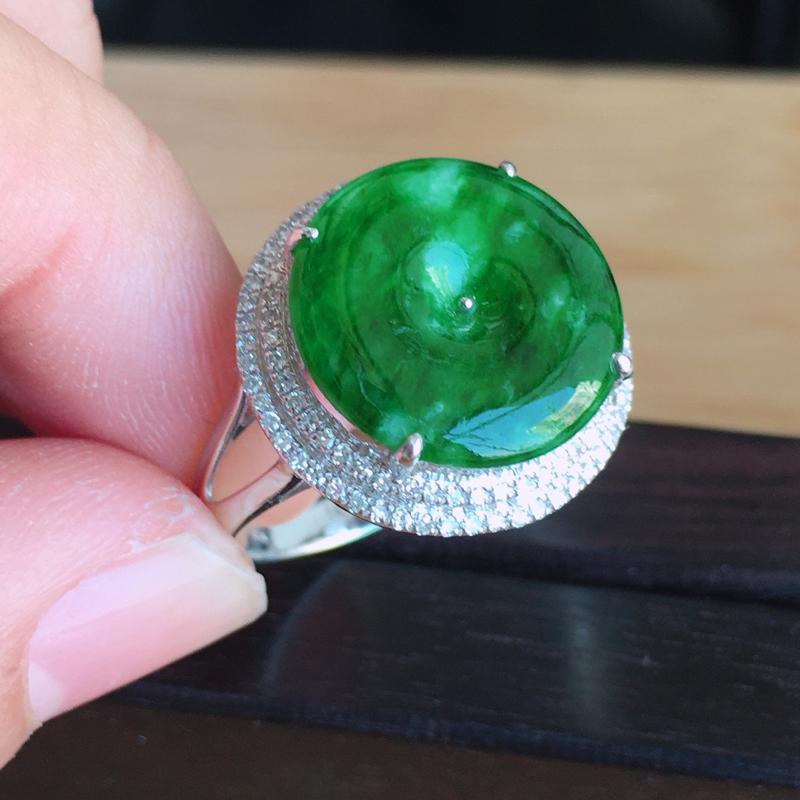 内径17mm 天然缅甸翡翠A货18k金伴钻镶满绿翡翠平安扣戒指,色泽鲜艳 ,佩戴高档 ,尺寸包金17