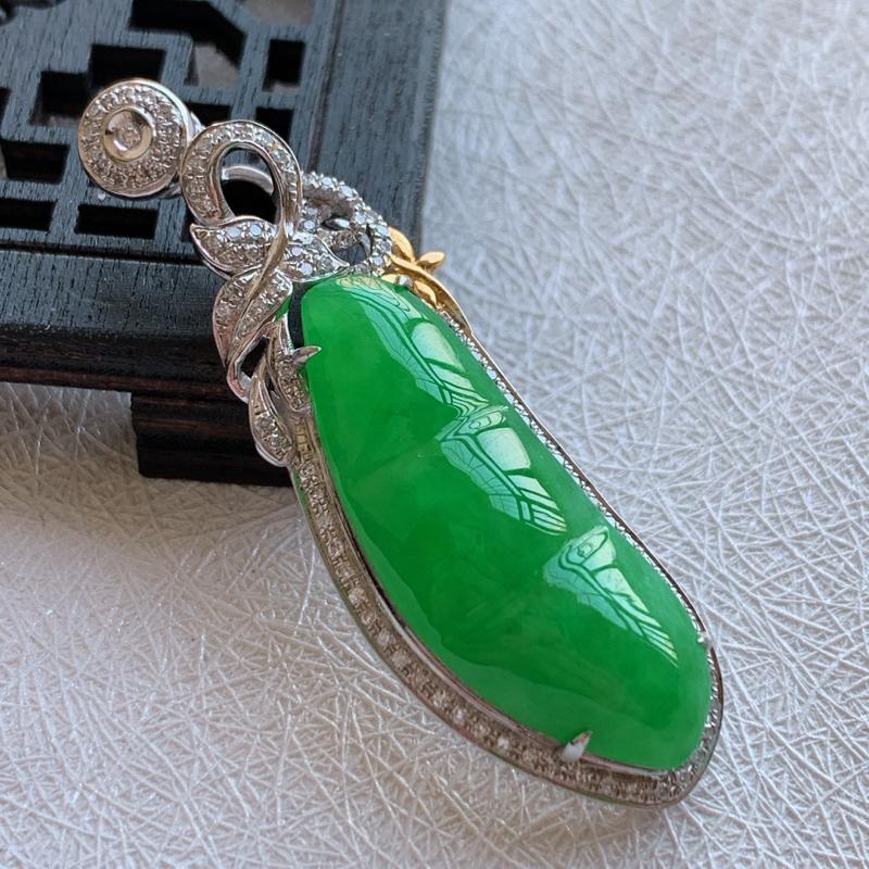 🙏缅甸天然翡翠A货   18k金钻镶嵌满绿福豆吊坠,整体尺寸44.6*14.2*8mm,裸石尺寸,2