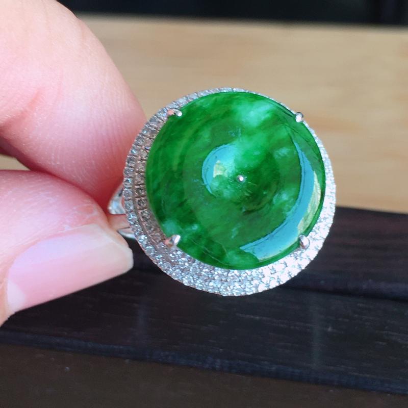 【内径17mm 天然缅甸翡翠A货18k金伴钻镶满绿翡翠平安扣戒指,色泽鲜艳 ,佩戴高档 ,尺寸包金17/7mm裸石14/2mm 重量3.70g 。】图3