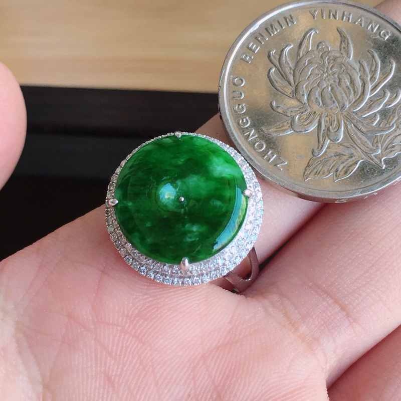 【内径17mm 天然缅甸翡翠A货18k金伴钻镶满绿翡翠平安扣戒指,色泽鲜艳 ,佩戴高档 ,尺寸包金17/7mm裸石14/2mm 重量3.70g 。】图10