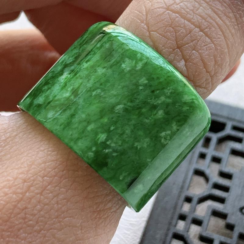 🙏缅甸天然翡翠A货   辣色花青绿扳指,内径22.8mm,尺寸,21.9*3mm,水头好,霸气十足,