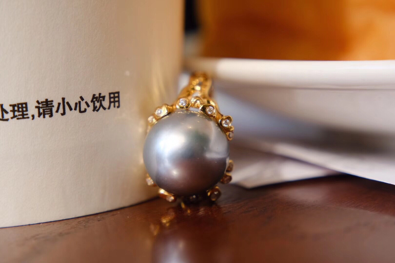 『 重金 精工 有设计感 』 海水珍珠戒指 。 18k金+足反钻石 大溪地天然海水珍珠13.5mm