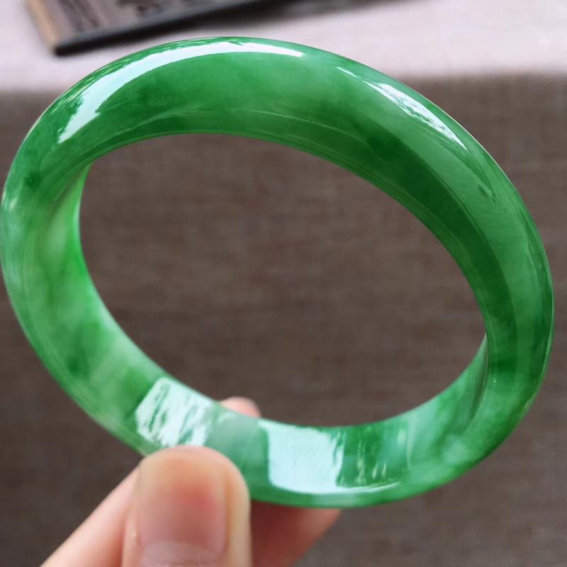 细腻阳绿大圈口大宽边正装60圈口手镯,完美无纹裂,尺寸60.3*15*7.6mm