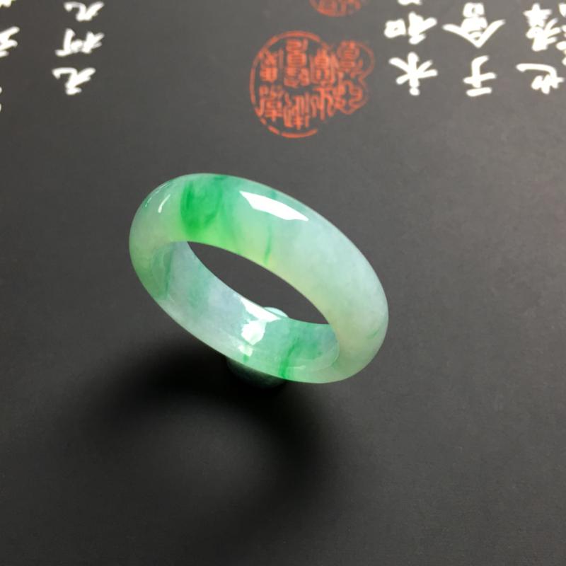 糯化种带色指环 外径24.5宽5.5厚3毫米 内直径18毫米 水润细腻 翠色艳丽