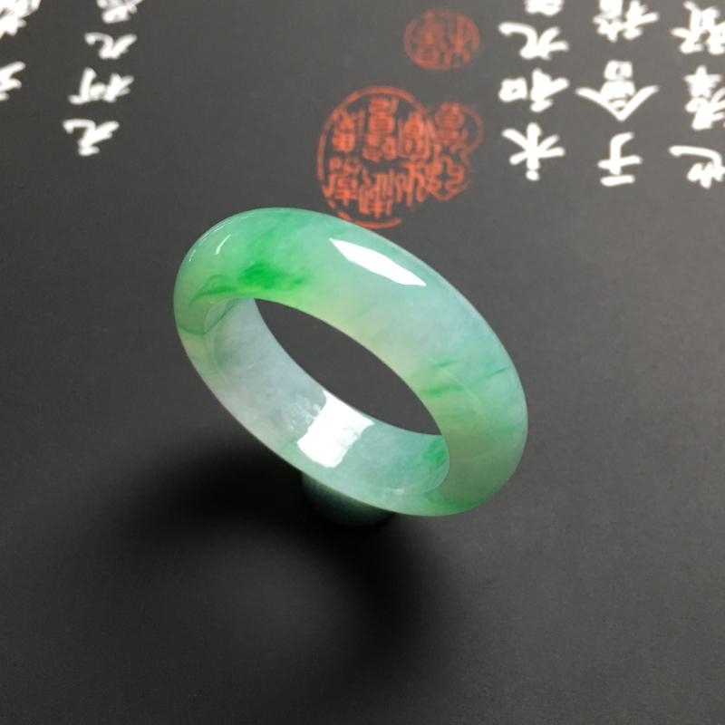 糯化种翠色指环 外径27宽6厚3.5毫米 内直径19毫米 水润细腻 翠色艳丽