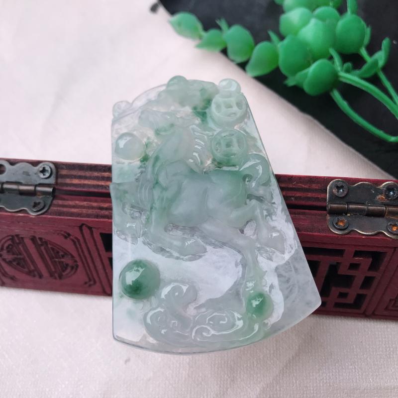 翡翠冰透飘花立体雕刻,马上发财,生肖马玉坠 尺寸62.8*41.3*6.5mm 正装方牌,种老水足,