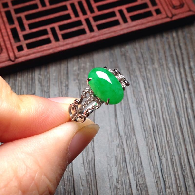 满绿女戒指,裸石11*7.5*4.5 戒圈13 种质细腻,通过水润,颜色鲜艳,款式简单大方