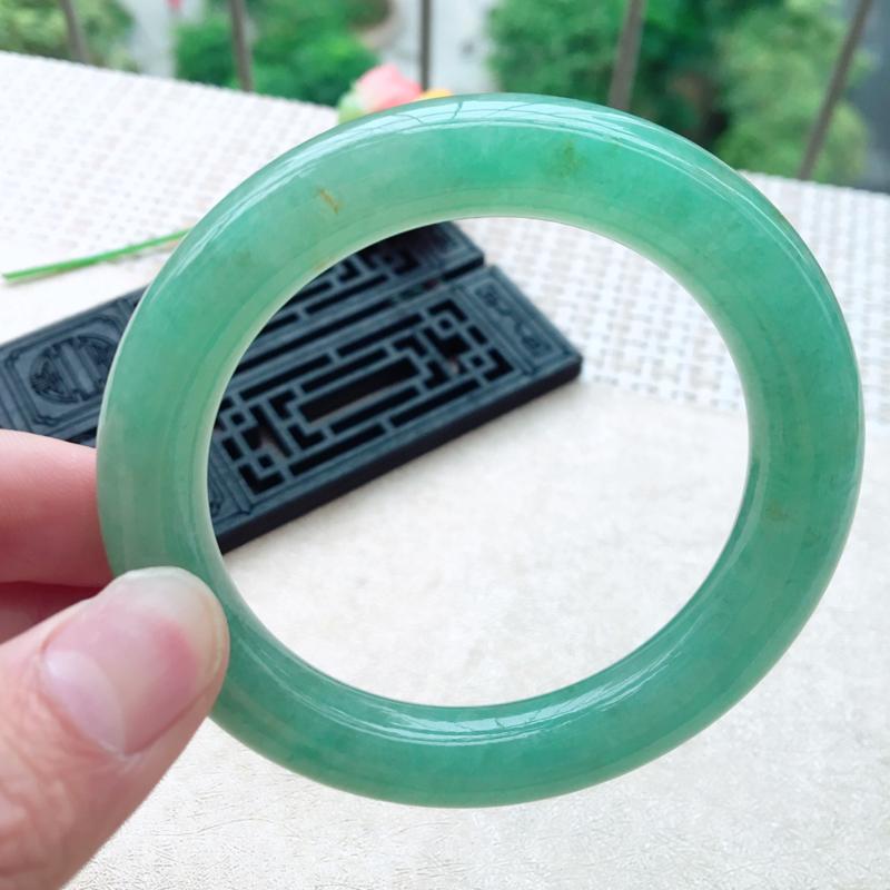天然A货翡翠 【自然光拍摄】莹润满色苹果绿圆条手镯,料子细腻 颜色青翠迷人,绿意怏然,莹润光滑,上手