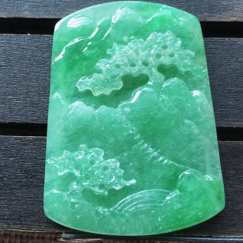 自然光实拍,缅甸a货翡翠,满绿山水牌,饱满种好水润,飘雪花,玉质细腻,雕工精细,品相佳,