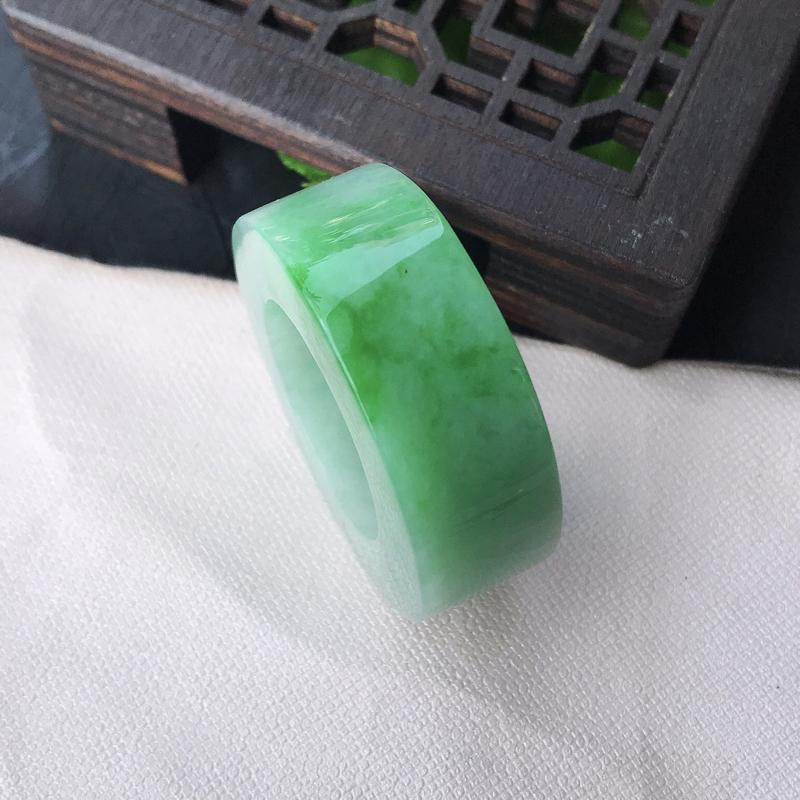 翡翠水润飘阳绿扳指。戒指 指环,精美水润 玉质细腻 色泽鲜艳 内径22.2 mm尺寸外径33.8*1