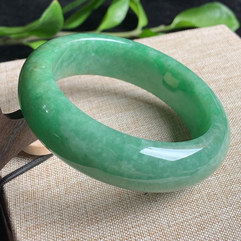 天然A货翡翠_满绿翡翠正圈手镯55.5mm,料子细腻,色彩迷人,色阳青翠,水润秀气,条形宽厚大方,上